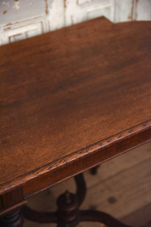 アンティーク ラウンドテーブル 脚のつなぎが独特