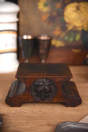 アンティーク ディスプレイ台 葉っぱの印彫刻あり 1